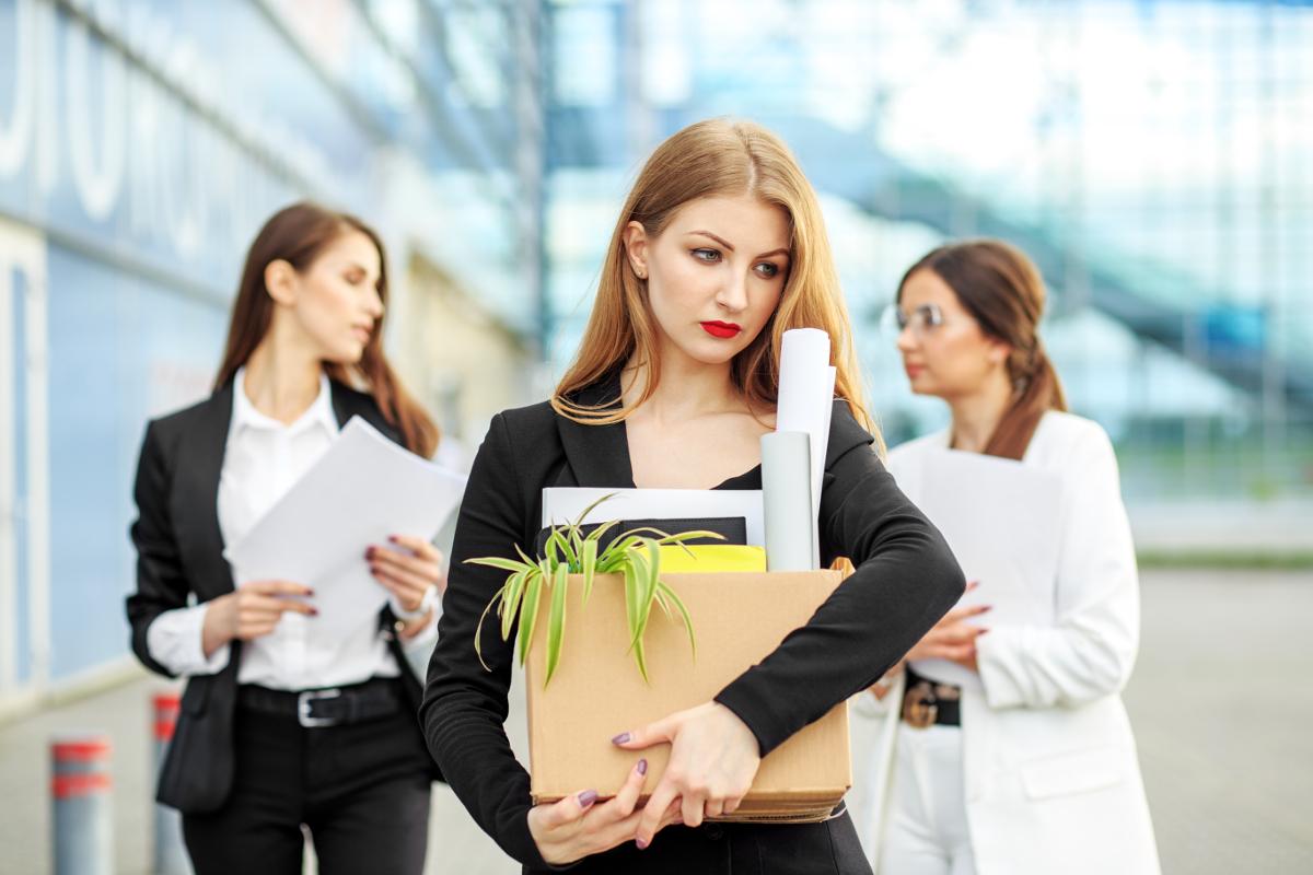 Γυναίκα θλιμμένη απολύεται από την δουλειά της
