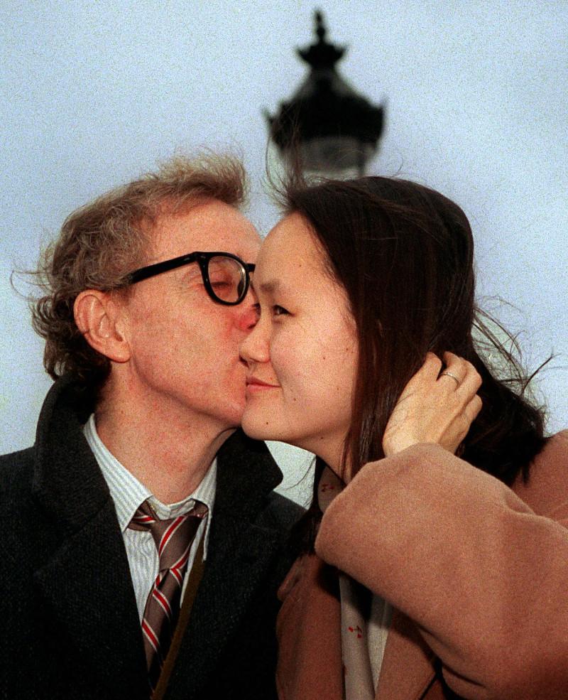 Ο Γούντι Άλεν φιλά τρυφερά τη γυναίκα του, Σουν Γι
