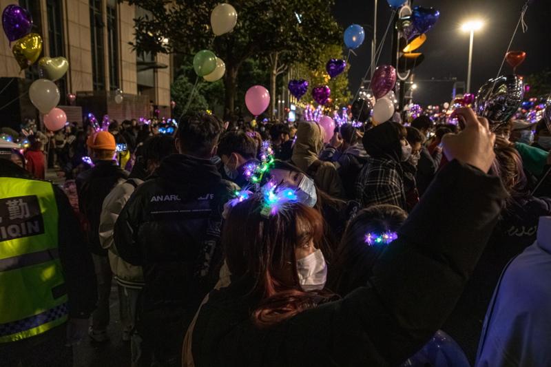 Κρατώντας μπαλόνια και φορώντας μάσκες - οι περισσότεροι τουλάχιστον - οι κάτοικοι της Ουχάν υποδέχτηκαν το 2021