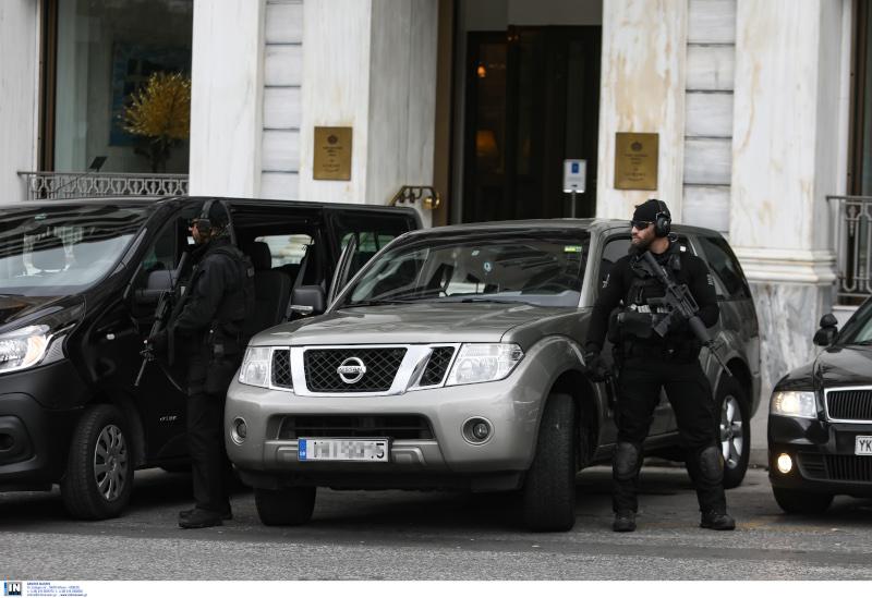 Ισχυρές αστυνομικές δυνάμεις γύρω από το ξενοδοχείο που διέμενε ο Χαλιφά Χαφτάρ