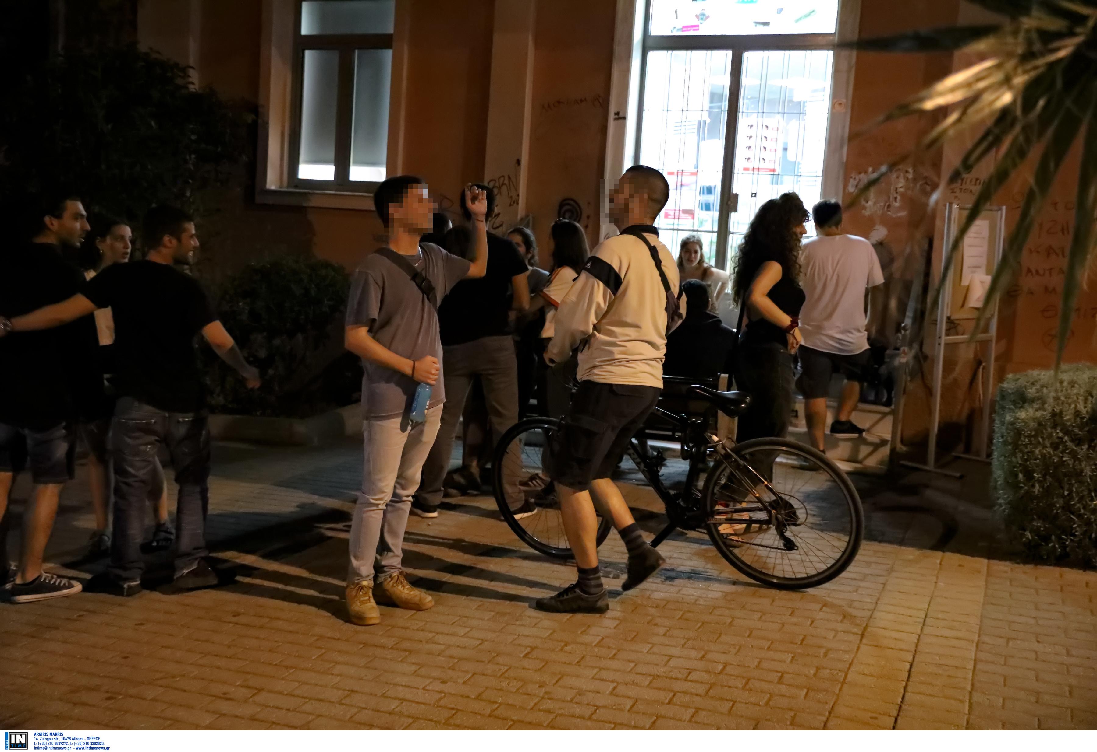 Κορωνοϊός: Τα περίπτερα έκλεισαν, οι πλατείες παρέμειναν γεμάτες