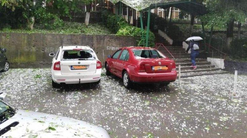 Σπασμένα παράθυρα αυτοκινήτων από το χαλάζι