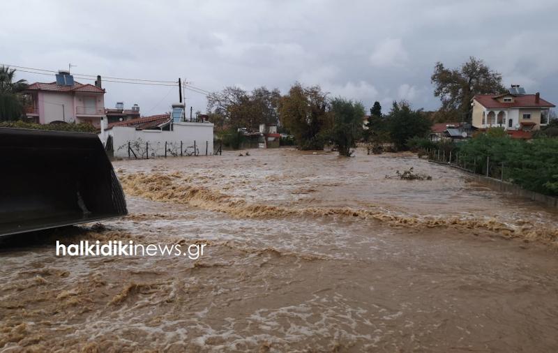 Η κακοκαιρία μετέτρεψε τους δρόμους της Ολυμπιάδας σε ποτάμι / Φωτογραφία: halkidikinews.gr