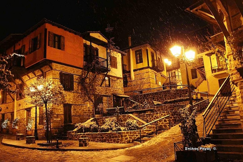 Χιονισμένο τοπίο στην Αρναία Χαλκιδικής τη νύχτα