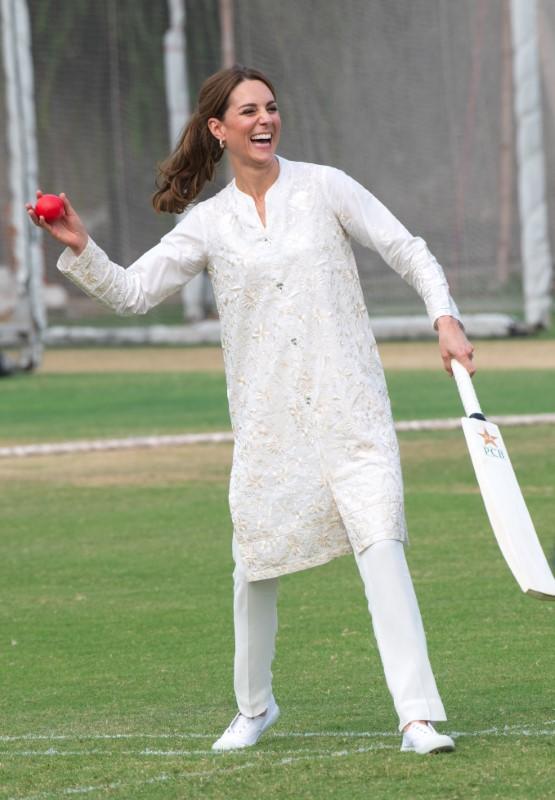 Χαμογελαστή η Κέιτ Μίνλετον παίζει κρίκετ