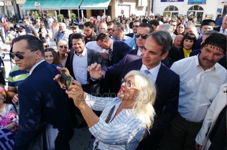 Μια γυναίκα βγάζει selfie με τον πρωθυπουργό