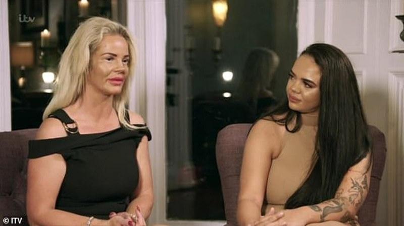 Η ξανθιά μητέρα στα αριστερά με μαύρο φόρεμα μιλάει και η κόρη της στα δεξιά, την κοιτάει.