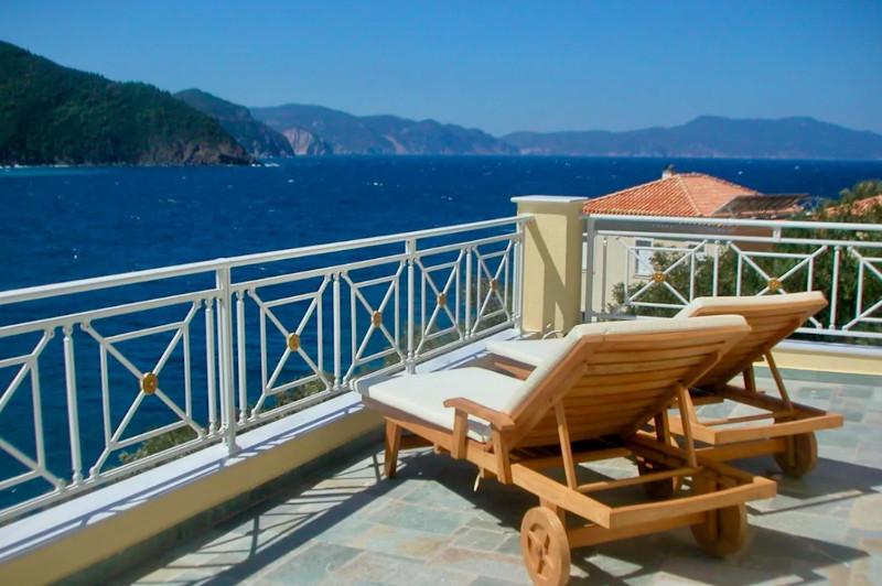 Ξαπλώστρες σε βεράντα με θέα τη θάλασσα