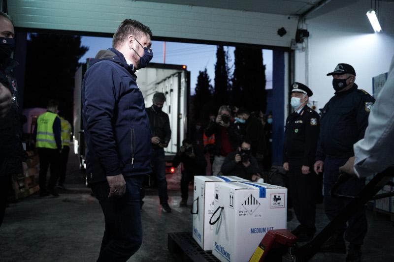 O Νίκος Χαρδαλιάς κατά την υποδοχή των πρώτων εμβολίων στην Ελλάδα