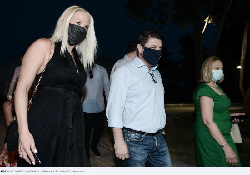 Ο Νίκος Χαρδαλιάς με τη σύζυγο του τηρώντας τα μέτρα φόρεσαν μάσκες
