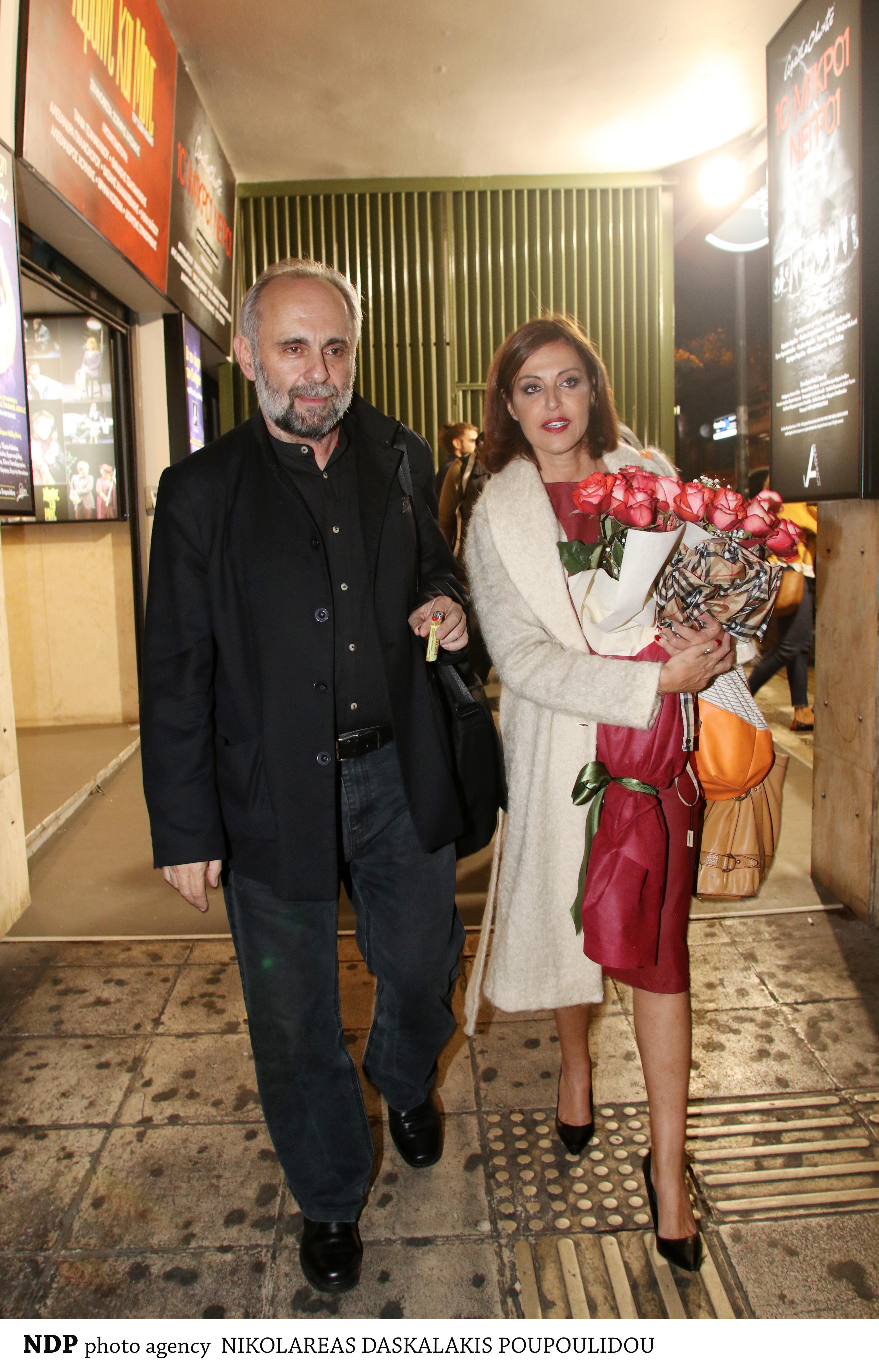 Σωτήρης Χατζάκης-Αλεξάνδρα Παλαιολόγου με λουλούδια στα χέρια