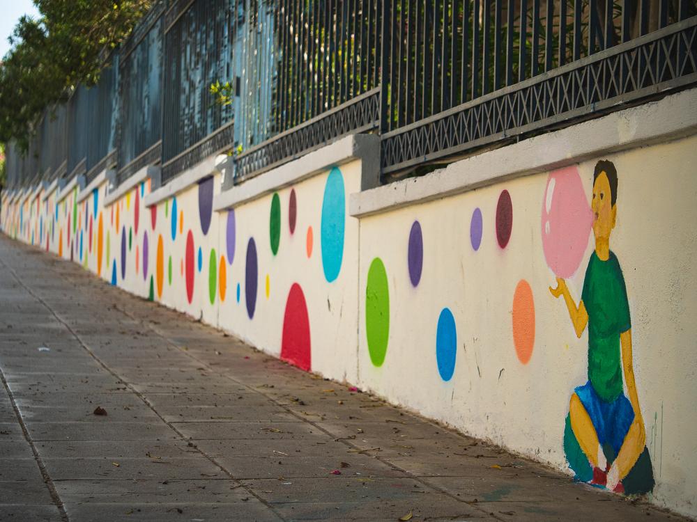 Οι πολύχρωμες φούσκες στην εξωτερική περίφραξη του Χατζηκυριάκειου Ιδρύματος φέρνουν μια πνοή παιδικότητας στην καθημερινότητά μας
