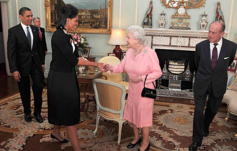 χειραψία Μισέλ Ομπάμα με βασίλισσα Ελισάβετ