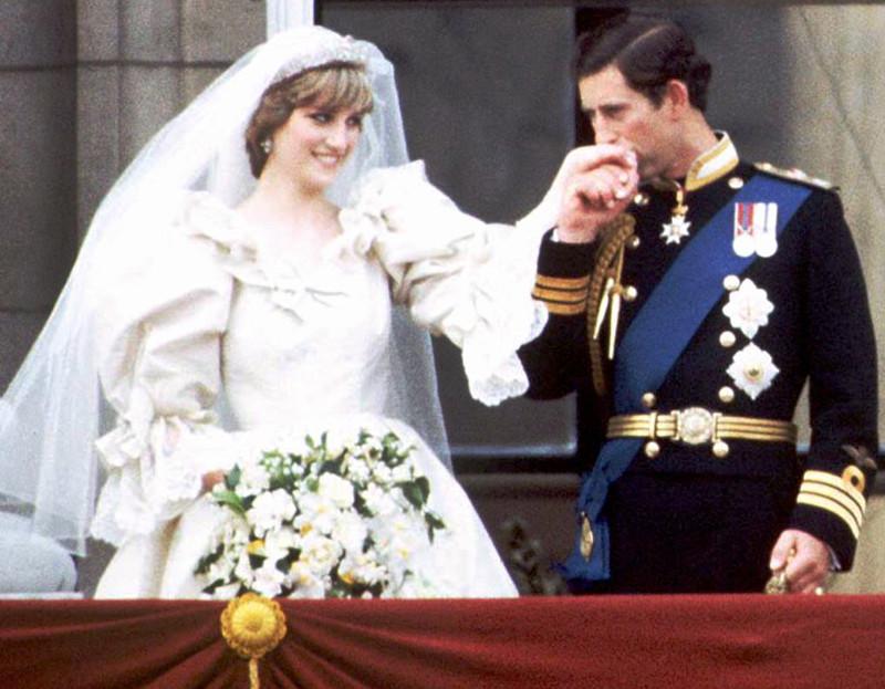 χειροφίλημα Καρόλου στην Νταϊάνα μετά τον γάμο