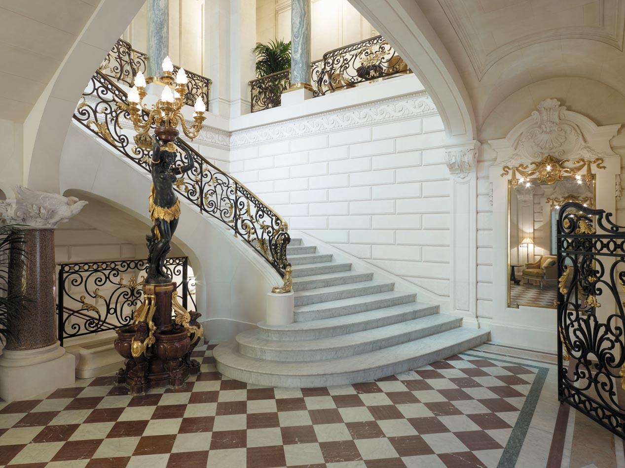Σκάλες με χρυσά κάγκελα
