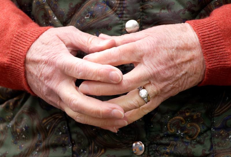 κοντά στα χέρια της Βασίλισσας Ελισάβετ με τον μονόλιθο και το γαμήλιο δαχτυλίδι