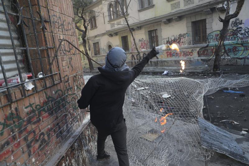 Διαδηλωτής στη Χιλή με βόμβα μολότοφ στα χέρια