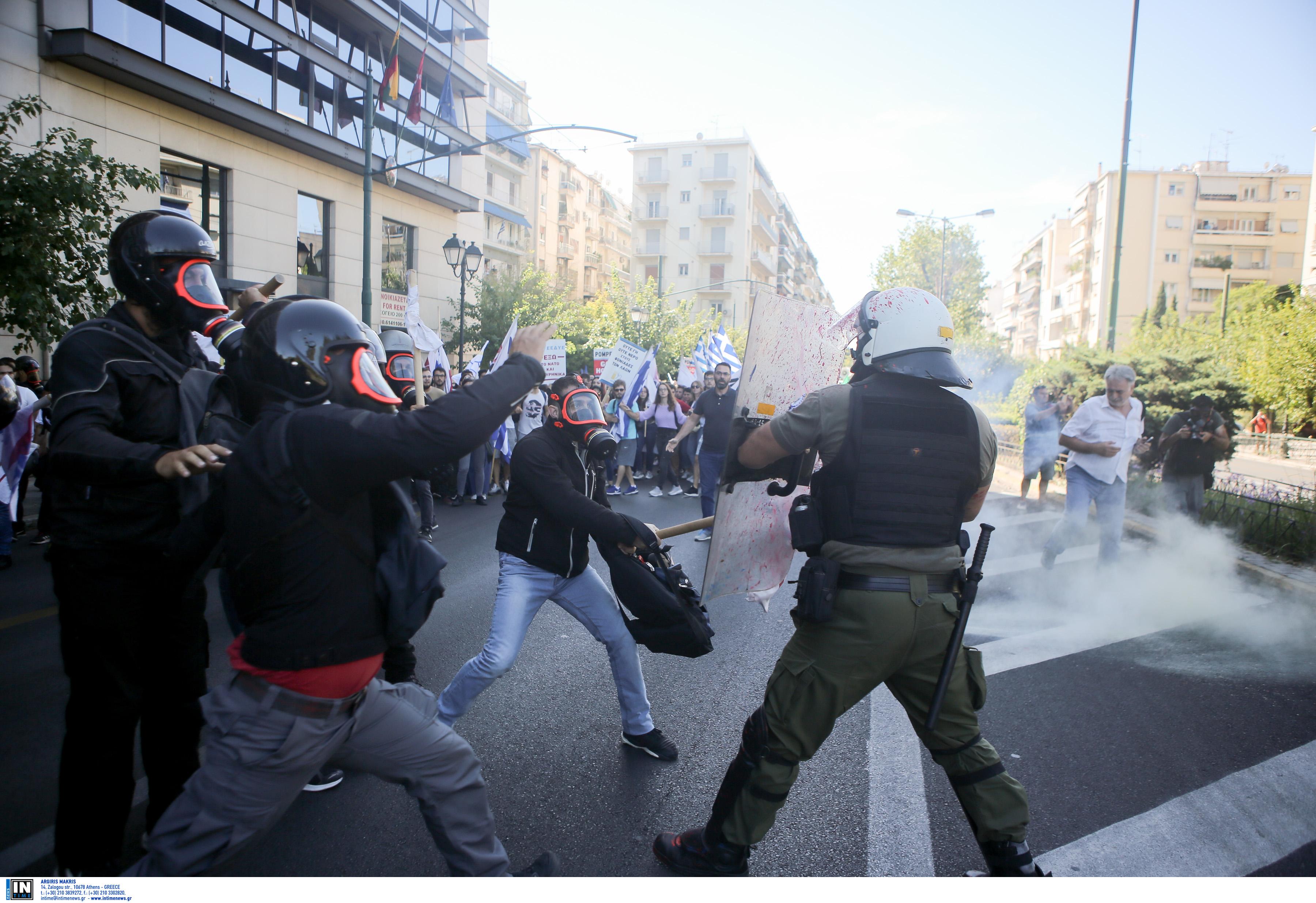 Η διμοιρία των ΜΑΤ έκανε χρήση δακρυγόνων για να απωθήσει τους διαδηλωτές