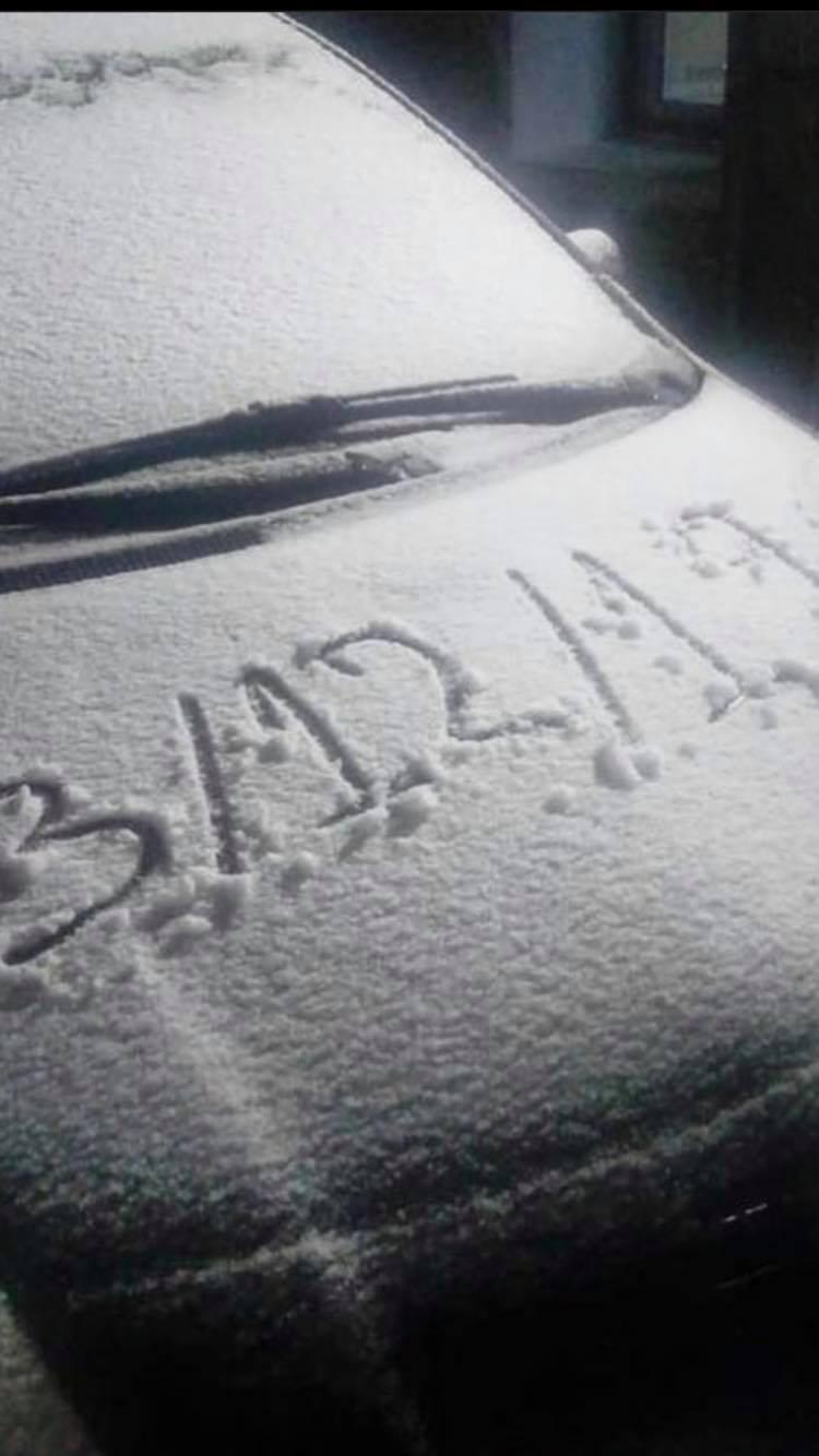 Χιονισμένο καπό αυτοκινήτου