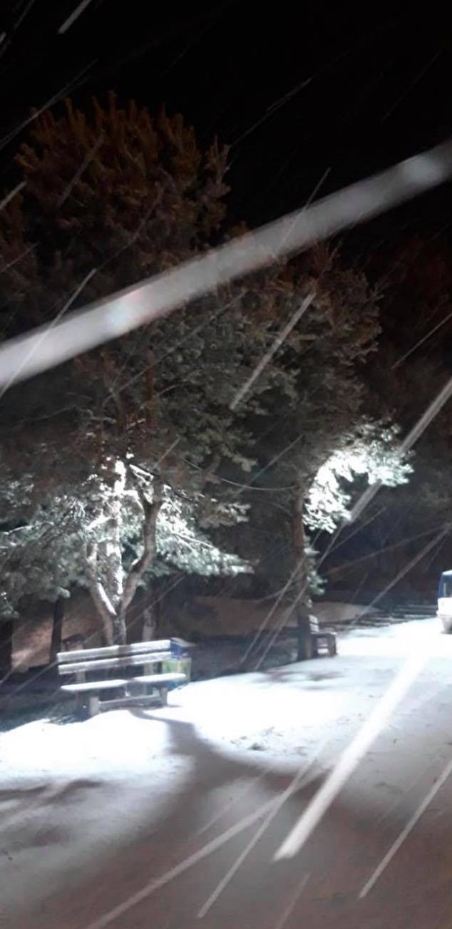 Χιόνι δίπλα σε παγκάκι