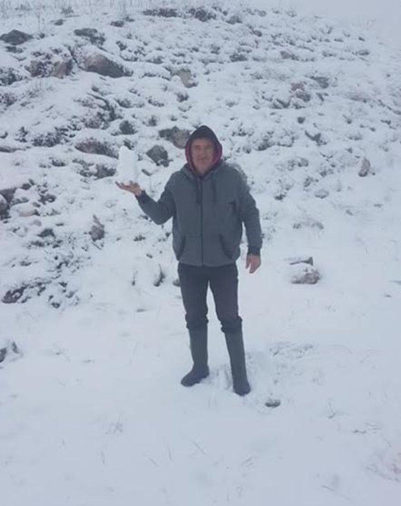 Ο Νίκος Γκίζας ποζάρει με μια μεγάλη χιονόμπαλα