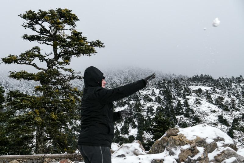 Οι Αθηναίοι χάρηκαν το χιόνι και έπαιξαν χιονοπόλεμο