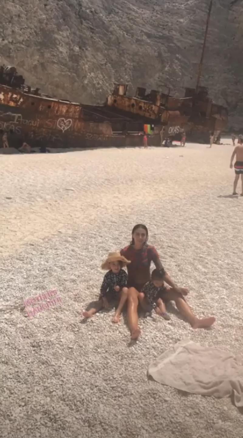Η Ολυμπία Χοψονίδου ποζάρει αγκαλιά με δύο από τα παιδιά της στο Ναυάγιο της Ζακύνθου / Φωτογραφία: Instagram