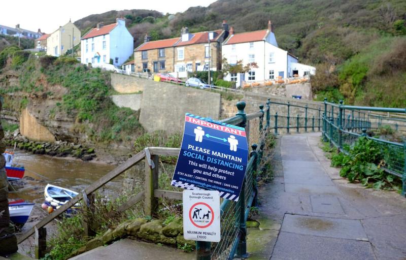 Πινακίδες στη γέφυρα προειδοποιούν τους ανθρώπους να κρατούν τις αποστάσεις