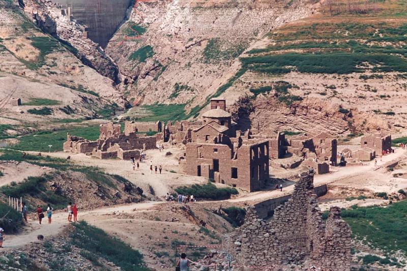Την τελευταία φορά που άδειασε το νερό ήταν το 1994 και κόσμος επισκέφθηκε το χωριό