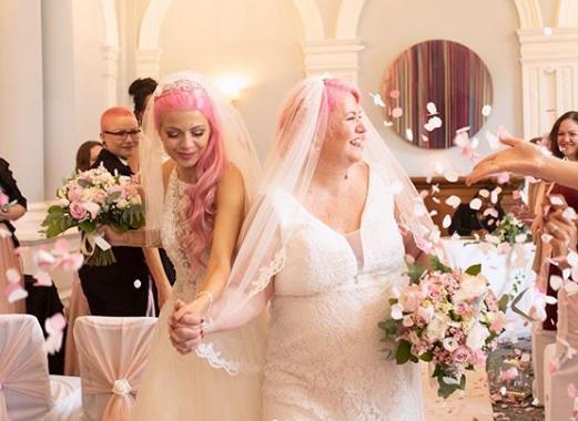 Λεσβίες χορεύουν στην γαμήλια δεξίωση
