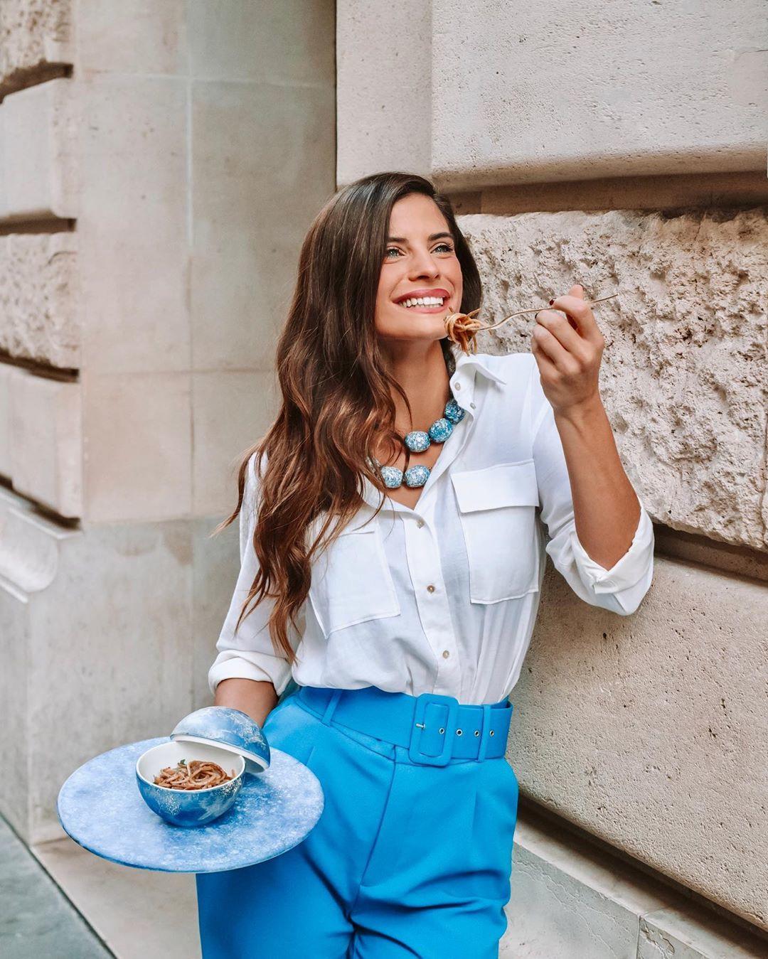 Η Χριστίνα Μπόμπα στο Παρίσι με λευκό πουκάμισο και γαλάζια παντελόνα απολαμβάνει την μακαρονάδα της