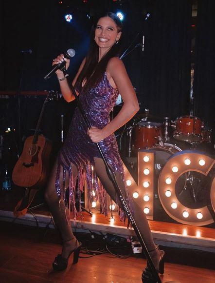 Η Χριστίνα Μπόμπα με μοβ φόρεμα με παγιέτες