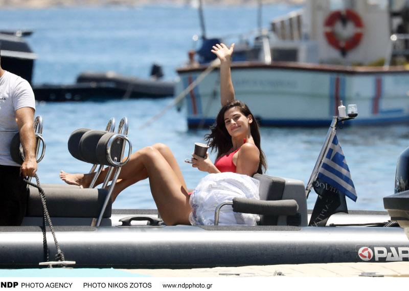 Η Χριστίνα Μπόμπα με κόκκινο μαγιό σε σκάφος