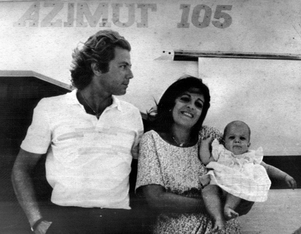 Ασπρόμαυρη φωτογραφία της Χριστίνας και της Αθηνάς Ωνάση με τον Τιερί Ρουσέλ