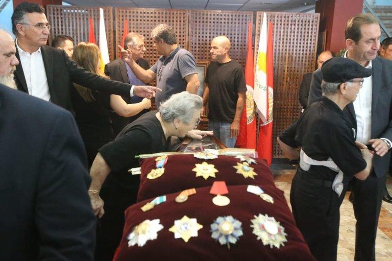 Μια ηλικιωμένη αποχαιρετά συγκινημένη τον Δημήτρη Χριστόφια