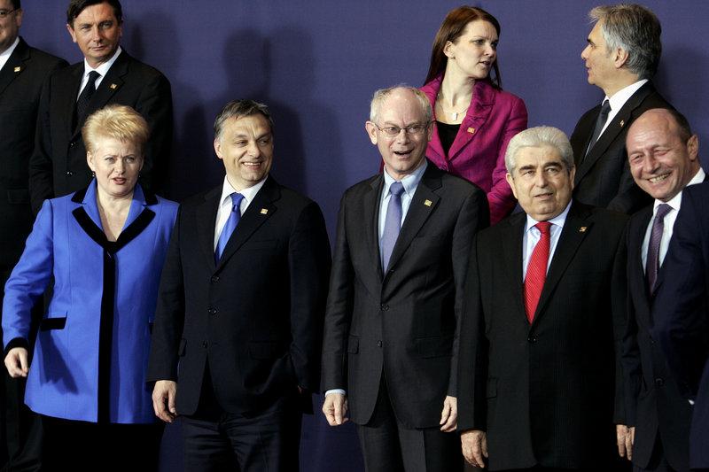 Ο Δημήτρης Χριστόφιας (δεύτερος από δεξιά κάτω) σε Σύνοδο Κορυφής με άλλους ηγέτες και τον Βαν Ρομπάι