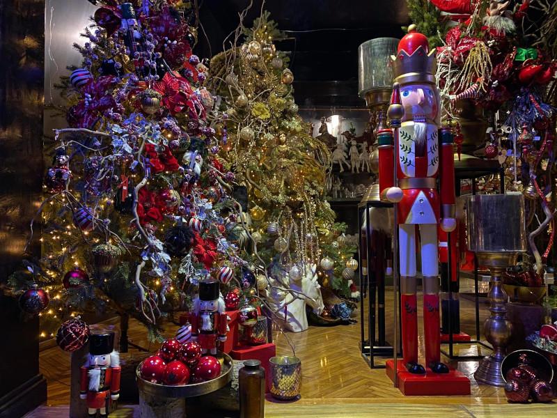 Η πρώτη βιτρίνα στο Κολωνάκι με Χριστουγεννιάτικα