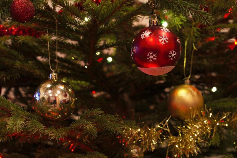 Χριστουγεννιάτικες μπάλες επάνω σε δέντρο