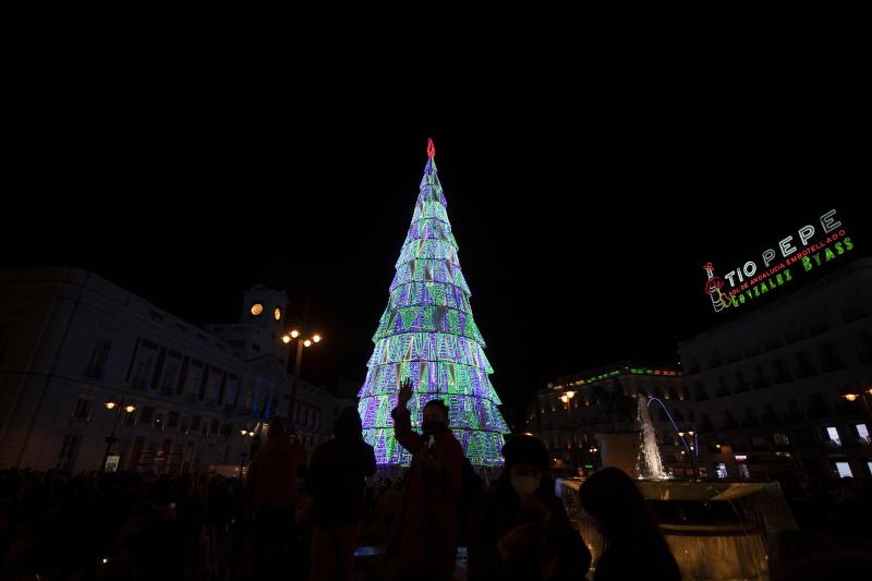 κόσμος σε αναμμένο χριστουγεννιάτικο δέντρο στην Ισπανία
