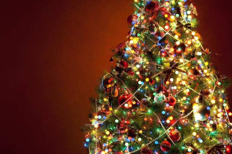 Χριστουγεννιάτικο δέντρο με πολύχρωμα φωτάκια