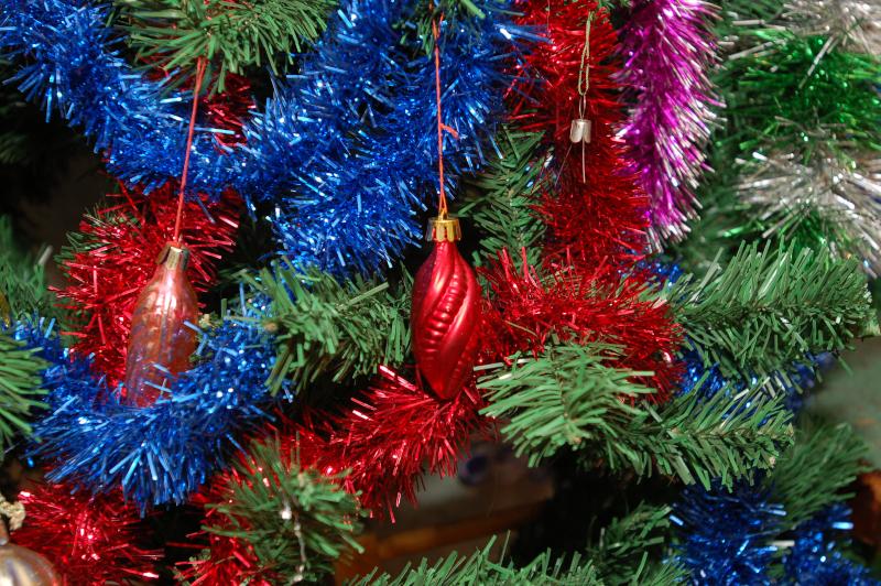 Πολύχρωμες γιρλάντες σε χριστουγεννιάτικο δέντρο