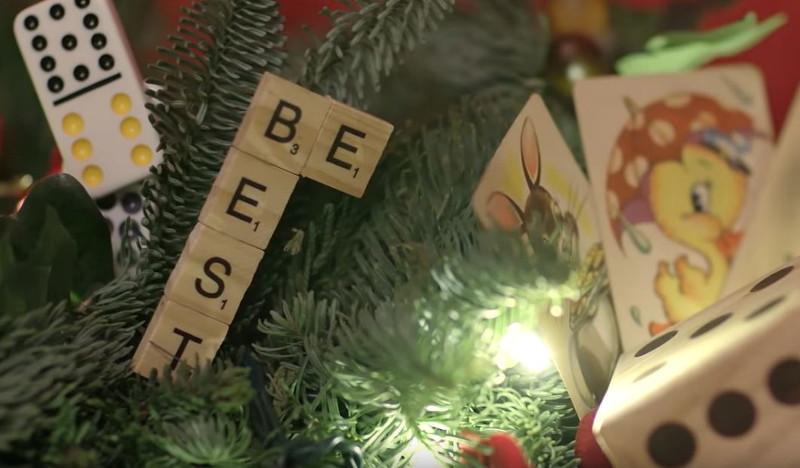 Μερικά από τα στολίδια που διακοσμούν τα χριστουγεννιάτικα δέντρα του Λευκού Οίκου