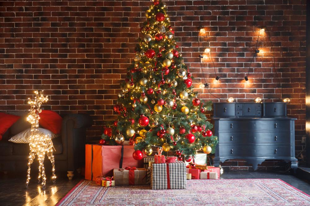 Χριστουγεννιάτικο δέντρο με φόντο έναν πέτρινο τοίχο