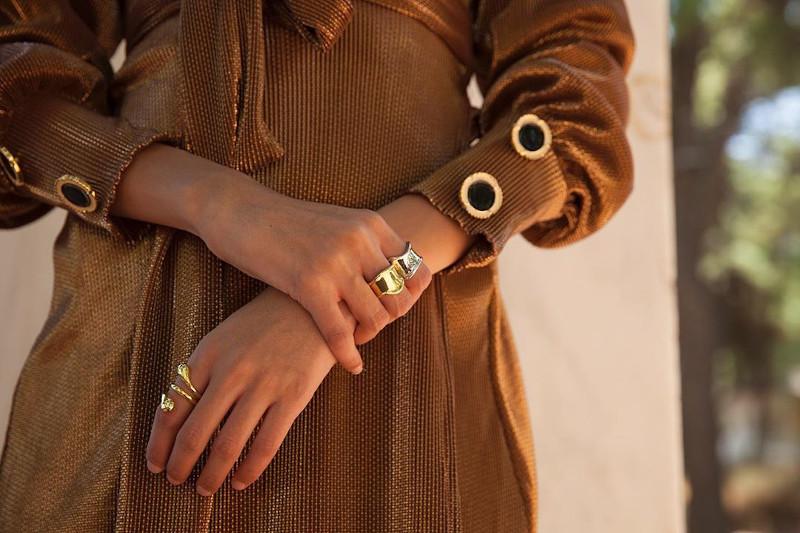 Χρυσό φόρεμα με χρυσά κουμπιά