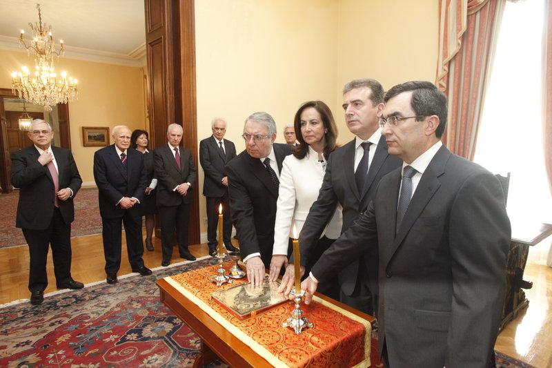 Από δεξιά: Λ. Οικονόμου, Μιχ. Χρυσοχοίδης Α Διαμαντοπούλου Γ. Μπαμπινιώτης ορκίζονται στην κυβέρνηση Παπαδήμου