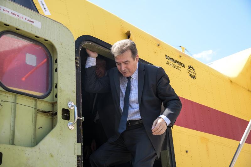Ο υπουργός Προστασίας του Πολίτη Μιχάλης Χρυσοχoΐδης κατεβαίνει από ένα πυροσβεστικό αεροσκάφος
