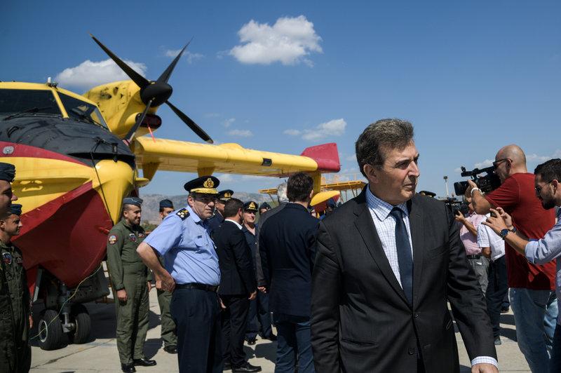 Ο υπουργός Προστασίας του Πολίτη Μιχάλης Χρυσοχΐδης μπροστά από το πυροσβεστικό αεροσκάφος