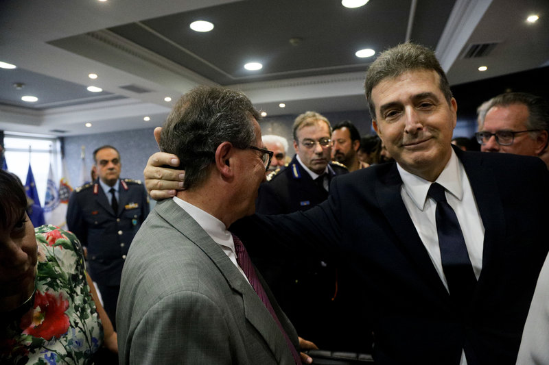 Ο νέος υπουργός Προστασίας του Πολίτη Μιχάλης Χρυσοχοϊδης συνομιλεί με τον Γιάννη Ρουμπάτη κατά την τελετή παράδοσης - παραλαβής στο Υπουργείου Προστασίας του Πολίτη