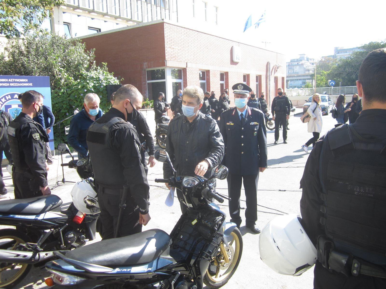 Ο Υπουργός Προστασίας του Πολίτη Μιχάλης Χρυσοχοΐδης χαιρετά αστυνομικούς