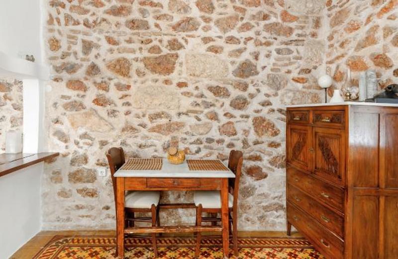 Ξύλινο τραπέζι και καρέκλες